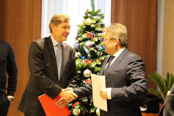 Left to right: Esa Koski (Emba) shakes hands with Andrey Fomichev (General Director, NKBK)